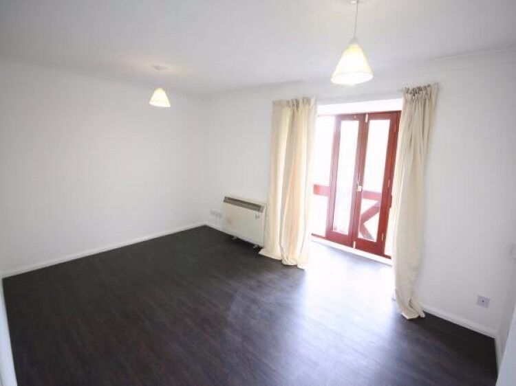 One Double Bedroom Flat to rent in Ealing - Available Now - Furnished or Unfurnished £1,250pcm