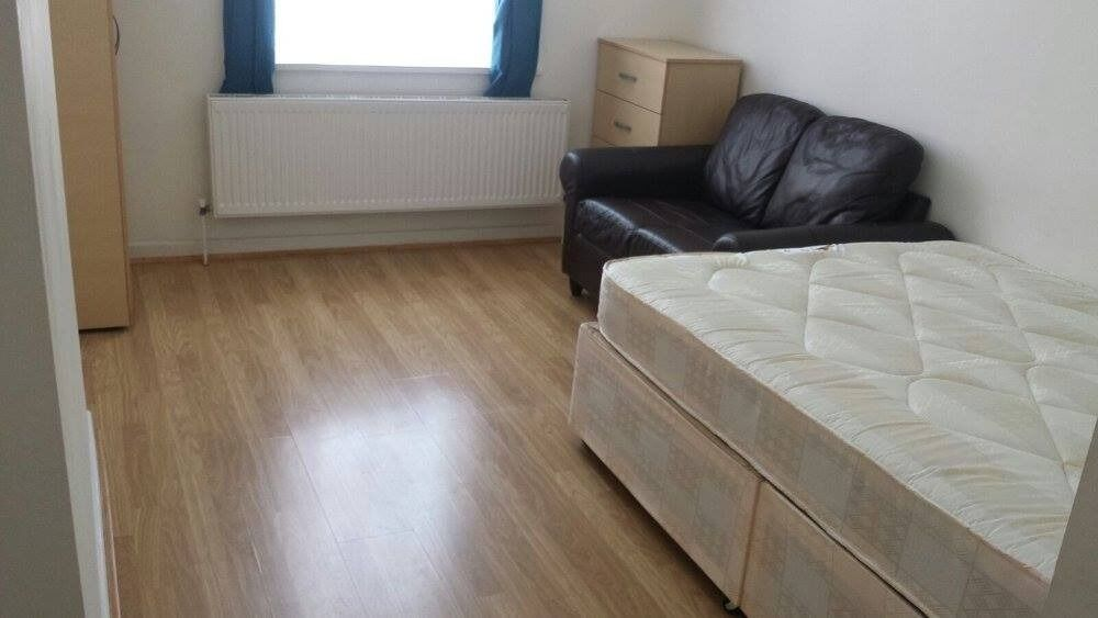 $$ Cheap double room available from NOW $$ 2 min walk from the station LEWISHAM