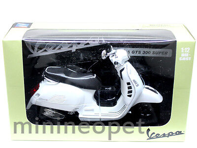NEW RAY 57243  VESPA GTS 300 SUPER 1/12 VINTAGE SCOOTER MOTORCYCLE WHITE