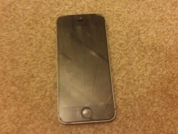 Iphone 5s black and greyin Winchester, HampshireGumtree - Iphone 5s 16gb little cracks on the screen and edges. Fully works snd everything but no charger. Collection only thanks