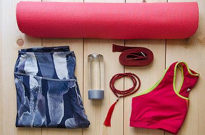 Für deine erste Yoga-Stunde brauchst du nicht viel. Wichtig ist bequeme Kleidung, die gut sitzt.