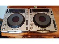 2 x Pioneer CDJ-800 MK 2 CD turntables