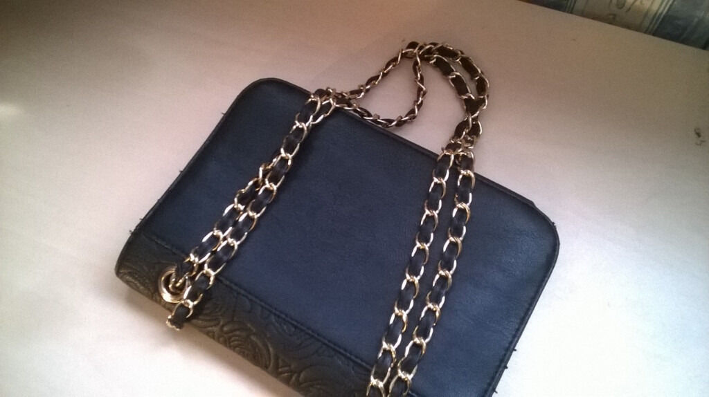 Black and Gold Womens Hand Bag (Hardly used/excellent conditionin Kings Heath, West MidlandsGumtree - Black and Gold Women's Hand Bag Hardly used, excellent condition £10 From New Look. See attached photos Barely used