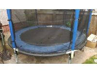 8 ft trampoline with enclousure/net