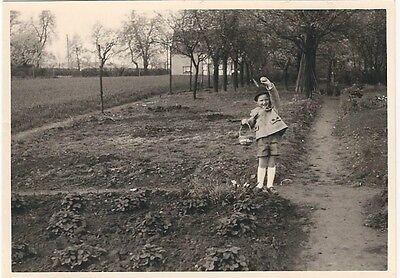 30/604  FOTO  -  JUNGER MANN OSTERN  1960 KLEIDUNG MODE KORB EIER (Jungen Ostern Kleidung)