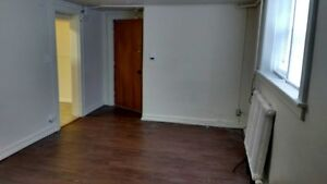 BACHELOR APT ON UNIVERSITY & CURRY - $500 INC - AVAILABLE NOW