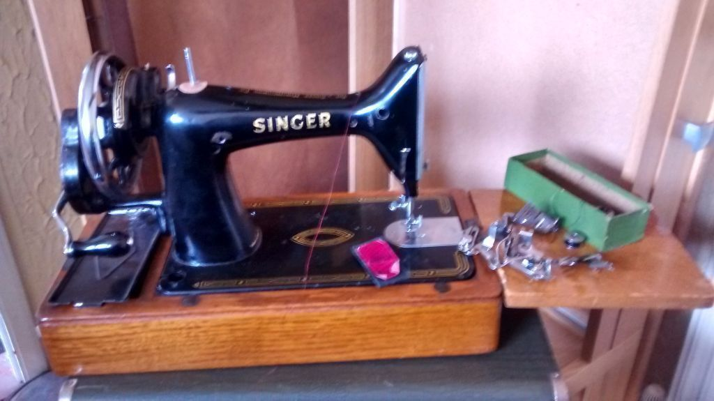 40 SINGER SEWING MACHINE WITH SPOOLS ETC COMES IN SUITCASE COVER Awesome 1953 Singer Sewing Machine