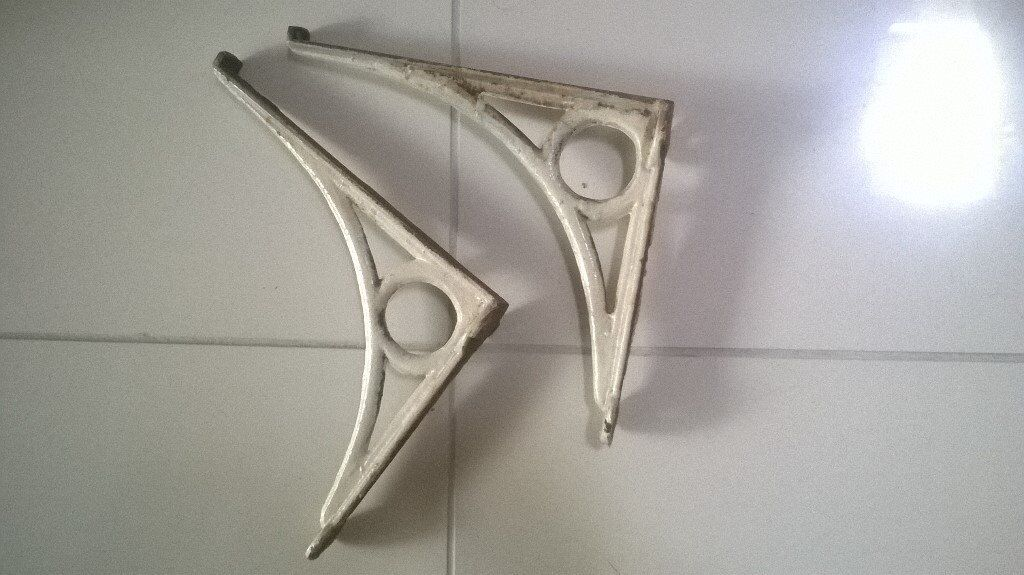 2x white shelf brackets