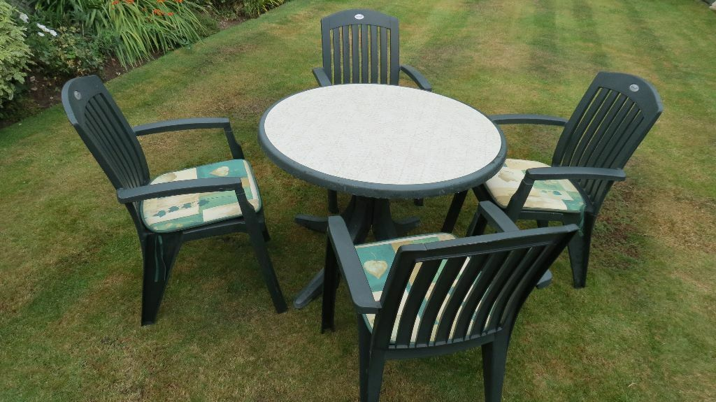 Garden Round Table And 4 Chairs Green Plastic Used By Hartman Includes 4 Cushions In