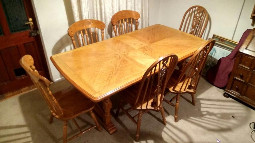 STUNNING SOLID WOOD EXTENDABLE DINING TABLE & CHAIRS
