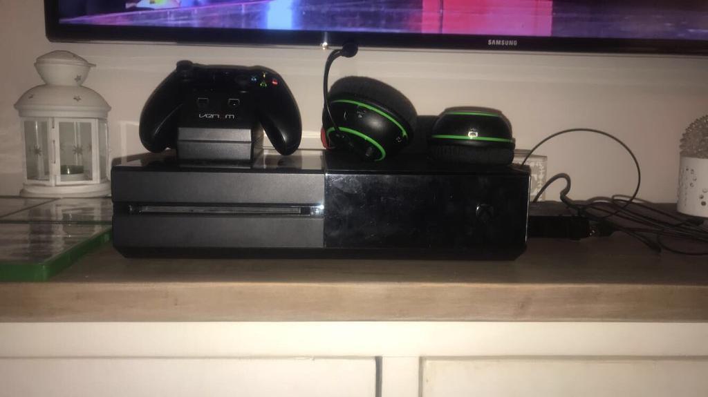 Xbox One bundle Console Wireless Headset x 4 Games