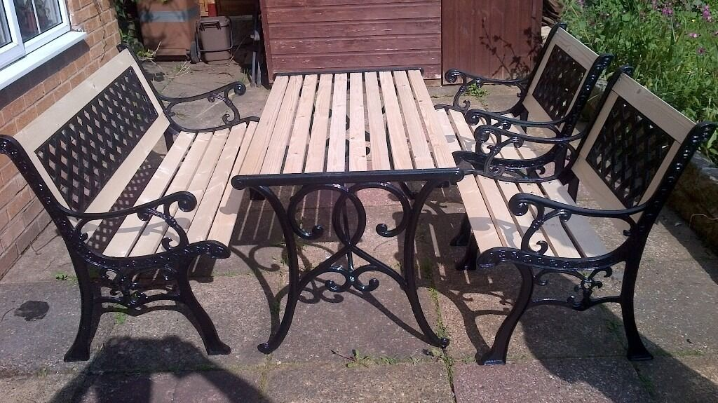 LOVELY ANTIQUE NEWLY REFURBISHED SOLID CAST IRON GARDEN TABLE AND CHAIRS SET. LOVELY ANTIQUE NEWLY REFURBISHED SOLID CAST IRON GARDEN TABLE AND
