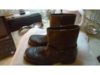 HEAVY DUTY BOOTS WITH SIDE METAL DESIGN AND ZIP