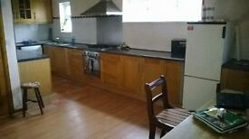 3 Bedroom Modernised Flat Wakefield WF2- Walking distance to City