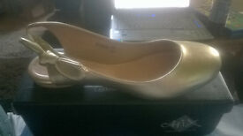 CHIX Gold Pumps with side bow size 7 *brand new unworn still in box