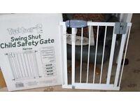 Tippitoes swing shut safety gate