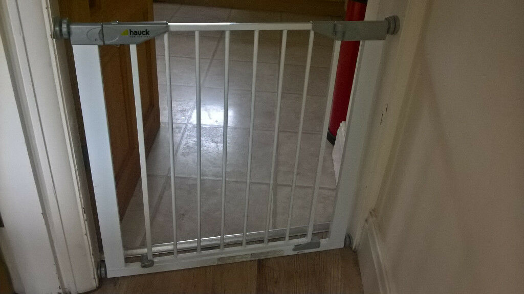 Baby Gate For Standard Sized Door Good Click And Lift Action Swings Both Ways