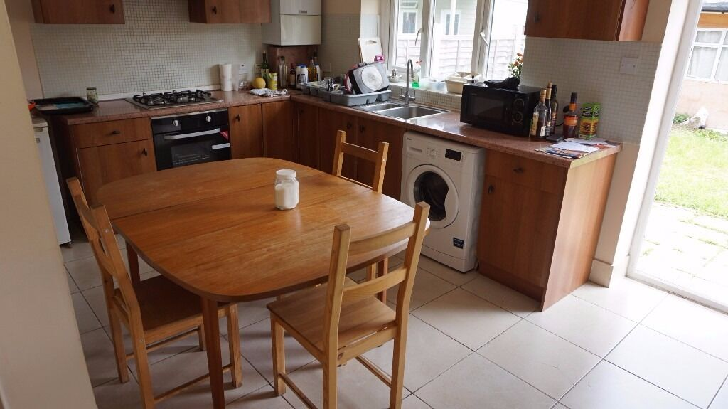 Barkingside IG6. Very Large, Light & Modern 7 Bed 2 Bath House with Garden & Driveway for 2 Cars