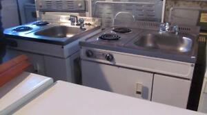 Ilot- Petit lavabo, cuisinière et lavabo