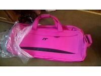 IT Luggage pull along holdall bags suitcase with wheels PINK bag