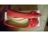 Ladies shoes: Small size 6, unworn still in box