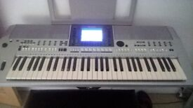 Yamaha PSRS700 Keyboard, in excellent condition, with expression pedal .