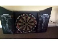 DART BOARD AND DART BOARD CASE AND SET OF DARTS **READY TO PLAY.**FAST DISPATCH/PAYPAL