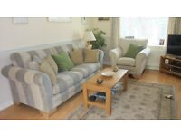 Bradbeer's New Hampshire 3-Piece Suite in Excellent Condition Featuring a 4-Seater Grand Sofa
