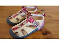 BRAND NEW sandals - size 9 (infant)