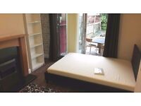 DOUBLE ROOM WITH GARDEN FOR A NON SMOKER IN CLEAN, FRIENDLY HOUSE
