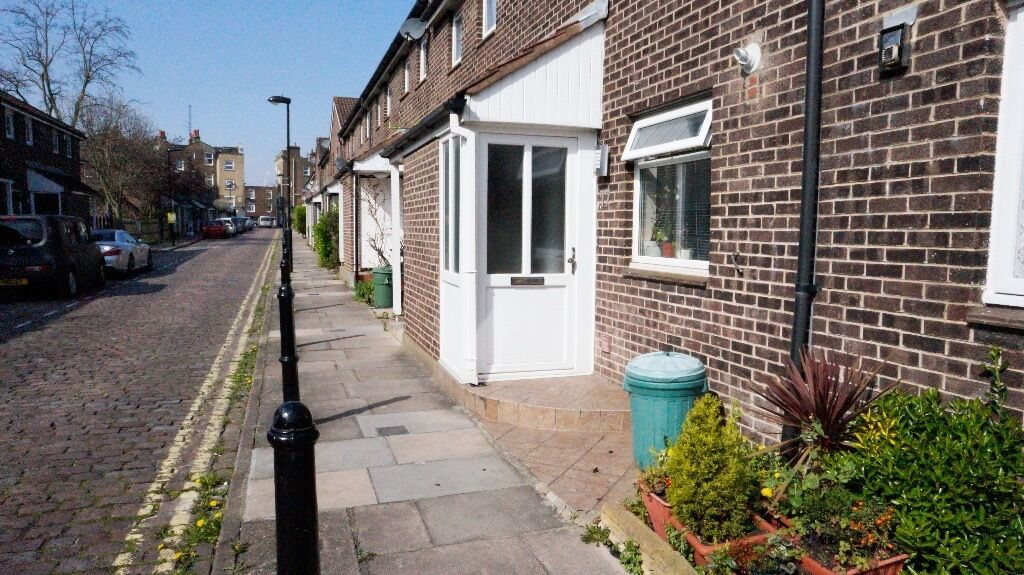 1 and half Bedroom flat located in Maida Vale in a Mews! Rent is inc ALL BILLS