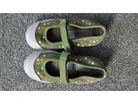 Girls Size 9 green/khaki pokkadot shoes