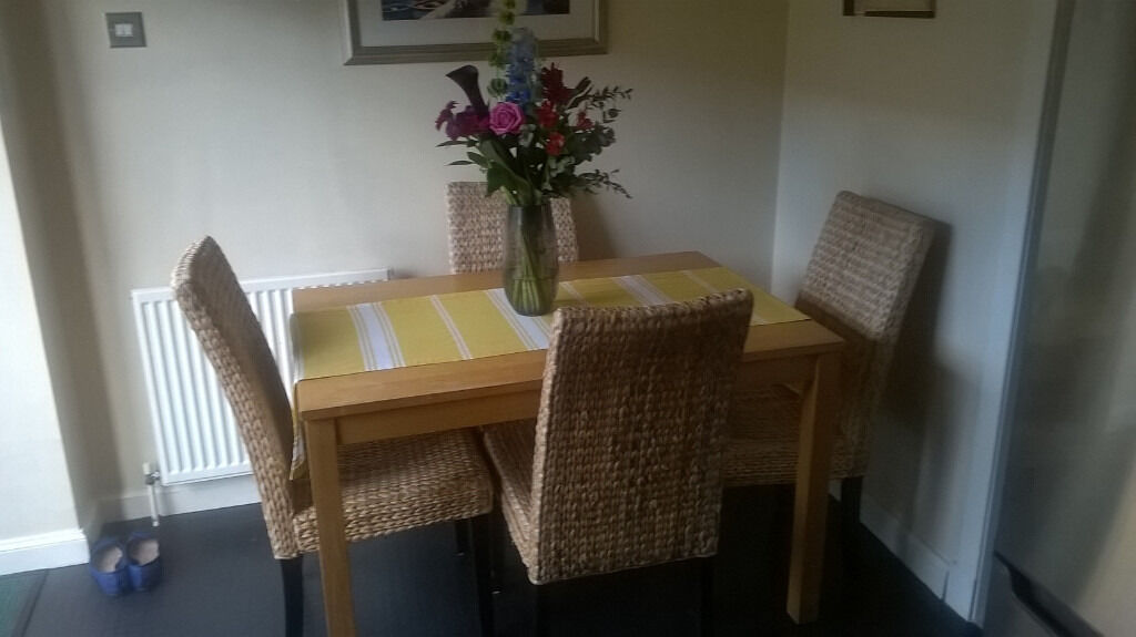 *Free *Dining Table - light wood