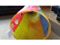 Pop up play tunnel and plastic balls