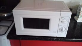 MICROWAVE OVEN IN WHITE NEW