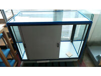 LARGE RETAIL DISAPLAY CABINET (DAMAGED GLASS TOP)