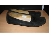 UGG Slippers/Moccasins, size 5