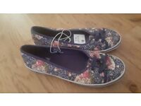 Ladies canvas pumps