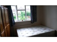 Hainault Chigwell Borders Large Single room for Female in Houseshare 12 mins walk to Central line Z4