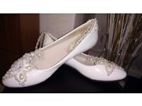 Women's brand new ivory shoes size 5.