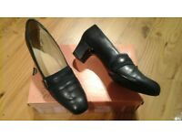 Excellent condition Navy leather shoes. Size 6AA