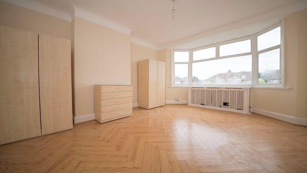 SPACIOUS DOUBLE BEDROOM - AVAILABLE SOON - *ALL BILLS INC* - *WIFI* *PARKING* *ENFIELD*