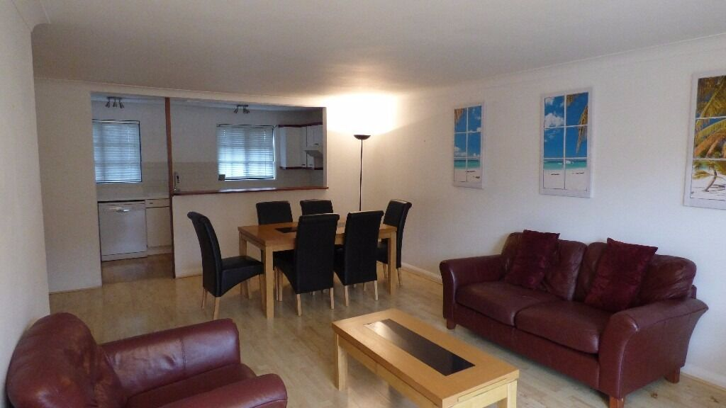 Lovely 2 Bedroom Apartment / Canary Wharf E14 , Superb Views / Free Parking Space / Available NOW !!
