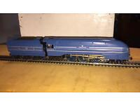 Hornby OO Scale Coronation Class loco with 5 matching coaches. XKXX