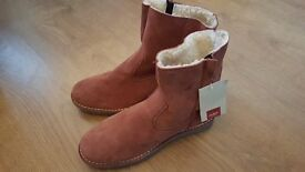 Ladies size 8 cotten traders boots New