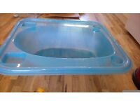 Plastic baby bath tub