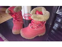 Infant girls boots size 8. Lined