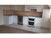 Modern top floor 2 Bed Flat close to town centre
