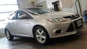 2014 Ford Focus SE Moonroof! Mags! heated seats and Bluetooth .