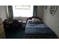 Stunning and Spacious Double Bedroom to Rent in Aldershot - Shared House - Bills Included (£500))